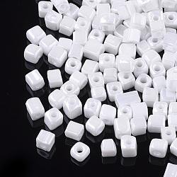 6/0 perles de rocaille en verre, couleurs opaques lustered, trou rond, cube, blanc, 3~7x3.5x3.5mm, trou: 1.2 mm; environ 4500 PCs / sachet (SEED-S026-03A-01)