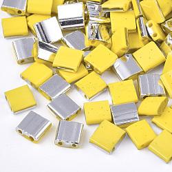 Déposer des perles de rocaille en verre opaque, 2-trou, rectangle, jaune, 5x4.5~5.5x2~2.5mm, Trou: 0.5~0.8mm(SEED-S023-18C-04D)