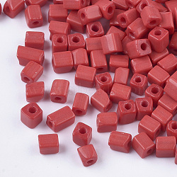 6/0 perles de rocaille en verre, trou rond, cube et cuboïde, firebrick, 3~7x3.5x3.5mm, trou: 1.2 mm; environ 4500 PCs / sachet (SEED-S026-01A-01)