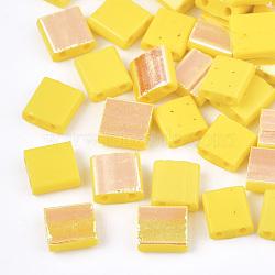 Déposer des perles de rocaille en verre opaque, 2-trou, rectangle, jaune, 5x4.5~5.5x2~2.5mm, Trou: 0.5~0.8mm(SEED-S023-18C-04A)